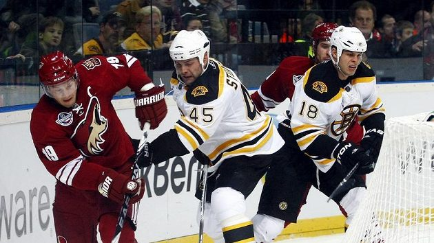 Doan z Phoenixu (vlevo) v souboji se Stuartem z Bostonu ve druhém pražském utkání NHL.