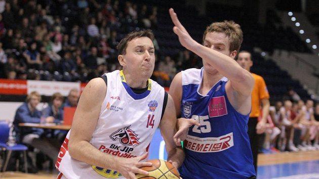 Basketbalista Pardubic Pavel Miloš (vlevo) v zápase s USK Praha.