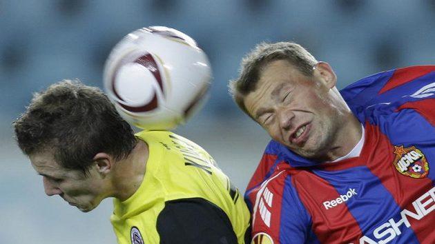 Juraj Kucka ze Sparty (vlevo) bojuje o míč s Vasilijem Berezuckým z CSKA Moskva.