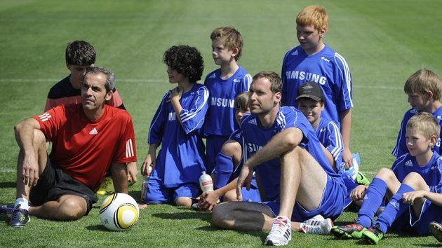 Na pátý ročník Fotbalové školy Petra Čecha znovu dorazil i Christoph Lollichon (v čerevném), trenér brankářů Chelsea.
