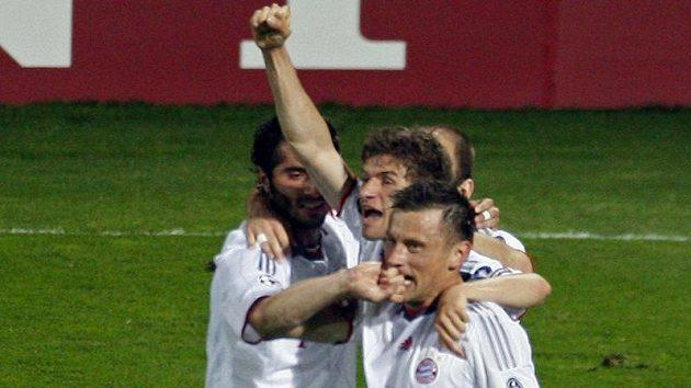 Útočník Bayernu Mnichov Ivica Olič (vpravo) oslavuje se svými spoluhráči branku do sítě Lyonu v semifinále Ligy mistrů.