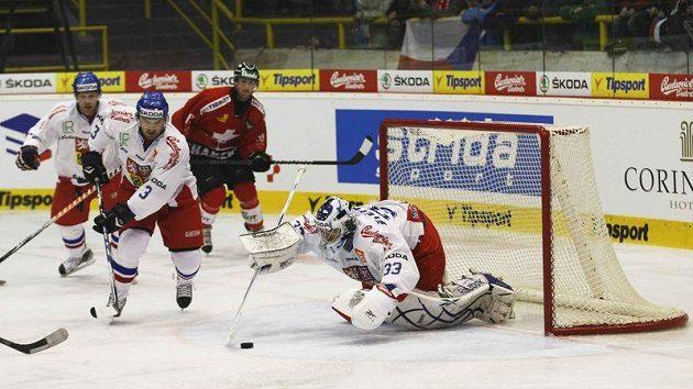 Jakub Štěpánek zasahuje v zápase se Švýcarskem.