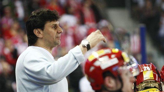 Trenér Slavie Vladimír Růžička gestikuluje při čtvrtfinálovém utkání v Liberci.