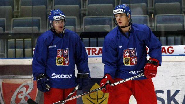 Lukáš Zíb (vpravo) a Jakub Petružálek na tréninku hokejové reprezentace