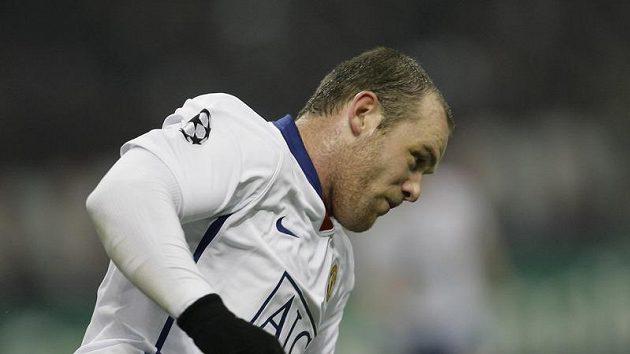 Wanye Rooney slaví dva góly, které vstřelil na San Siru AC Milán.