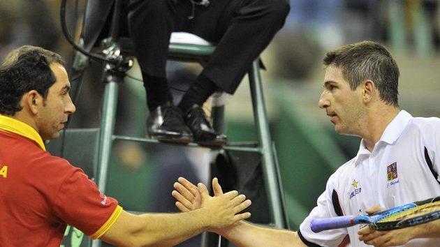 Jan Hájek gratuluje trenérovi španělských tenistů Albertu Costovi k vítězství ve finále Davis cupu v Barceloně.