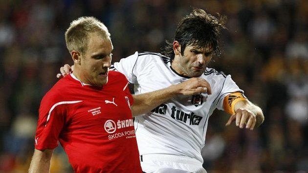 Kolář z Plzně (vlevo) bojuje o míč s Uzulmesem z Besiktase Istanbul v předkole Evropské ligy.