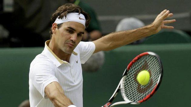 Švýcarský tenista Roger Federer během finále Wimbledonu proti Andy Roddickovi z USA