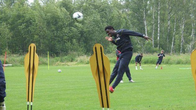 Bony Wilfried hlavičkuje na branku během přípravy ve Františkových Lázních.