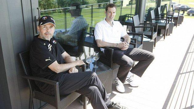 Marek Eben (vlevo) a Petr Čech na terase golfového hřiště