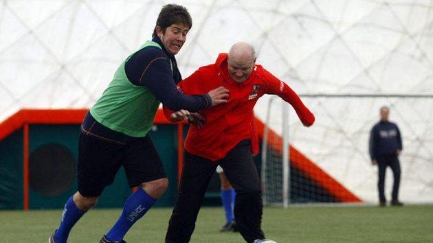 Ivan Hašek (vpravo) ještě pořád s míčem válí, což potvrdil jako host Klubu sportovních novinářů.