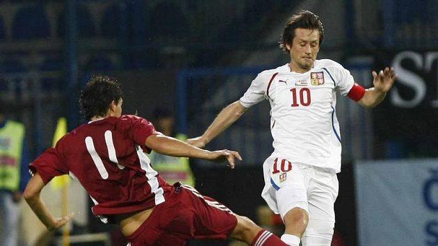 Tomáše Rosického se snaží o míč připravit Lotyš Karlsons.