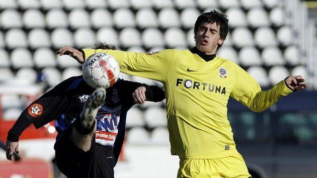 Sparťan Kamil Vacek (vpravo) bojuje o míč s kladenským Ondřejem Szabo.