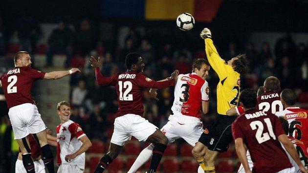 Brankář Slavie Martin Vaniak (ve žlutém) vyráží míč při odvetě čtvtfinále Ondrášovka Cupu se Spartou.