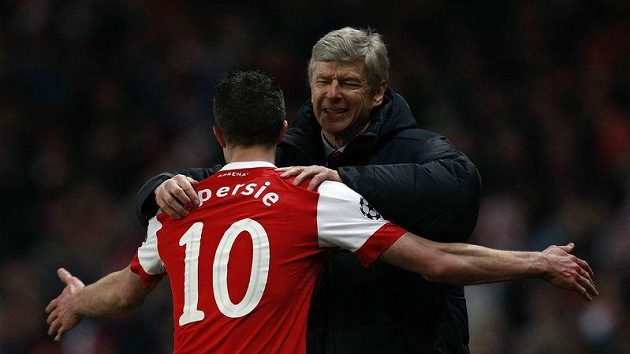 Trenér Arsenalu Arséne Wenger oslavuje gól s Robinem Van Persiem