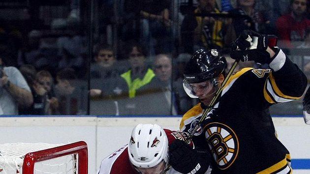 Obránce Bostonu Matt Hunwick (vpravo) se snaží odstavit Petra Průchu z Phoenixu.