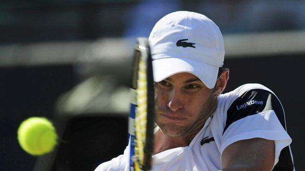 Americký tenista Andy Roddick během čtvrtfinálového duelu Wimbledonu proti Lleytonu Hewittovi z Austrálie