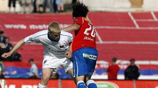 Plzeňský Petr Jiráček bojuje o míč s ostravským Frydrychem.