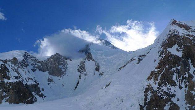Lidský řetěz opouští základní tábor. Z 19 horolezců ale nakonec vrcholu Gasherbrumu I dosáhlo jen pět lidí.