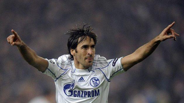 Raúl se v dresu Schalke raduje z branky.