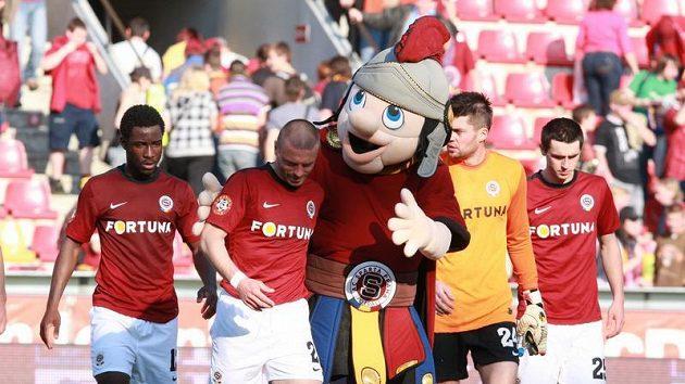 Fotbalisté Sparty oslavují vítězství se svým maskotem