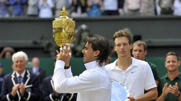 Rafael Nadal s trofejí za vítězství ve Wimbledonu před Tomášem Berdychem