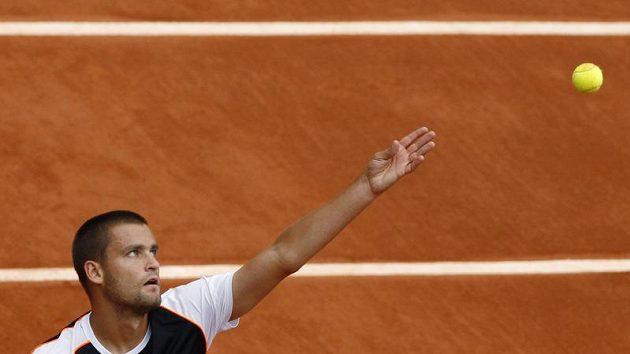 Michail Južnyj servíruje v zápase s Berdychem