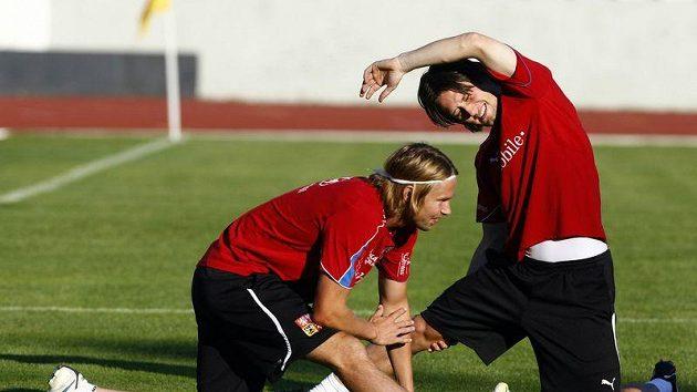Do odpoledního tréninku české reprezentace se Tomáš Rosický (vpravo) už zapojil. Na snímku společně s Jaroslavem Plašilem.