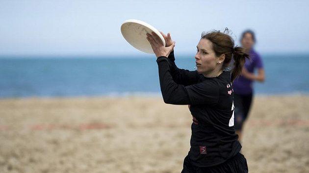 Ultimate Frisbee na pláži se hraje pět proti pěti, na menším hřišti. Je to určité zpestření oproti hře na trávě, ale velmi fyzicky náročné.