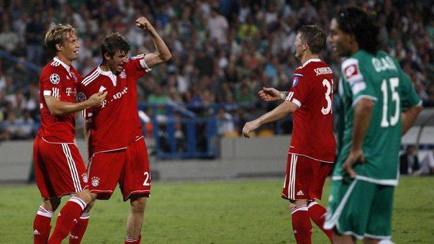 Thomas Müller z Bayernu Mnichov (druhý zleva) se raduje svými spolhráči z branky.