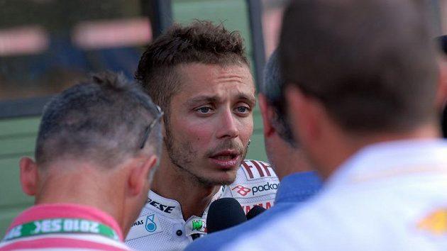 Valentino Rossi odpovídá na dotazy novinářů po testu v Brně.