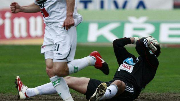 Bezmocný střížkovský gólman Belaň se rozčiluje na spoluhráče.