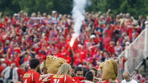 Fotbalisté Plzně se radují z výhry nad Ostravou, která jim zaručila mistrovský titul.