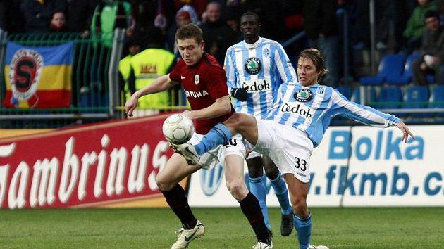 Mladoboleslavský Lukáš Opiela (vpravo) odkopává míč před Jurajem Kuckou ze Sparty.