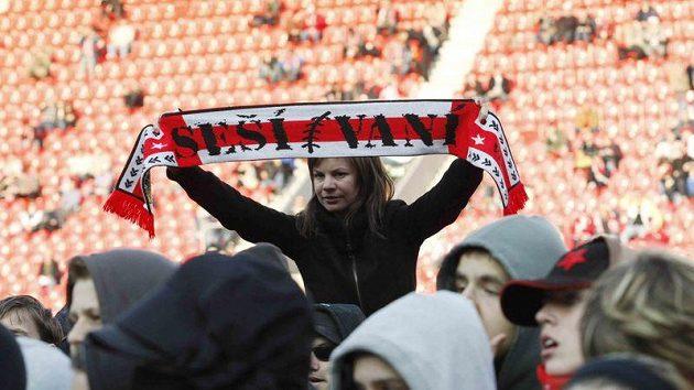 Fanoušci fotbalistů Slavie při protestu v Edenu