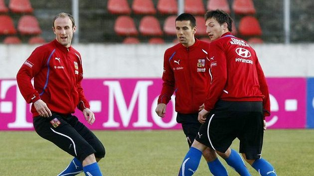 Roman Hubník (vlevo), Milan Baroš a Libor Kozák (zády) při bagu při přípravě na zápas Španěly.