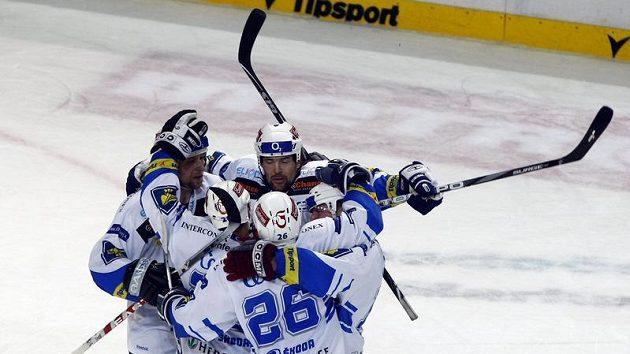 Hokejisté Plzně oslavují vstřelený gól v pátém utkání čtvrtfinále play-off proti Liberci.