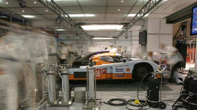 Prototyp Aston Martin posádky Charouz, Enge, Mücke v boxech při kvalifikaci na 24 hodin Le Mans
