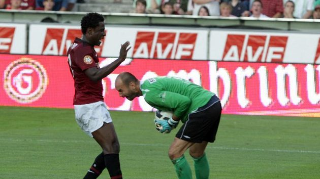 Brankář Mladé Boleslavi Michal Vorel (vpravo) kryje míč před sparťanským útočníkem Bony Wilfriedem.