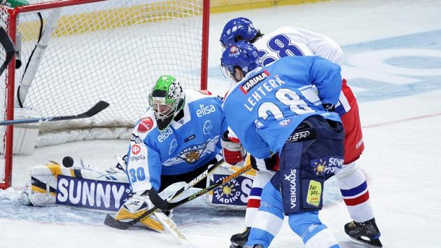 Jaromír Jágr střílí gól finskému brankáři Tarkkimu.