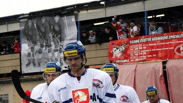 Hokejisté Pardubic při nástupu k zápasu pod širým nebem