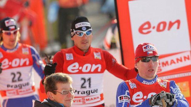 Český běžec na lyžích Lukáš Bauer (vpravo) při závodě Tour de Ski na pražském Výstavišti, přihlíží Batory a Šperl (vlevo).