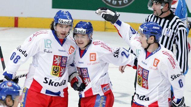 Jaromír Jágr (vlevo) se raduje s Jiřím Hudlerem z branky do finské sítě.