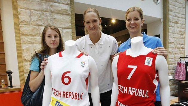 Basketbalistky zleva Kateřina Elhotová, Petra Kulichová a Eva Vítečková při představení nových dresů pro evropský šampionát