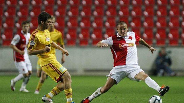 Adam Hloušek (vpravo) zastavuje míč před Hanouskem z Dukly Praha