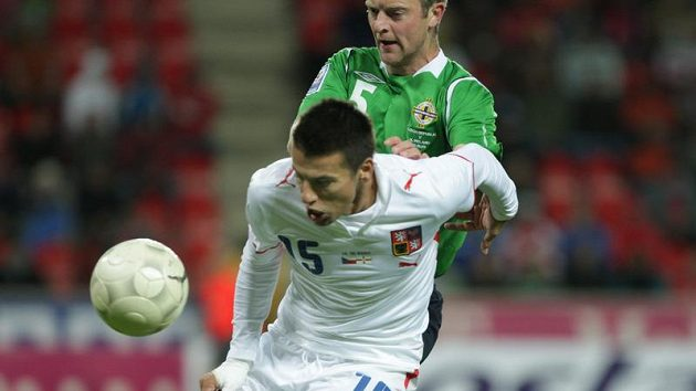 Milan Baroš (vpředu) si brání míč před Craiganem ze Severního Irska.