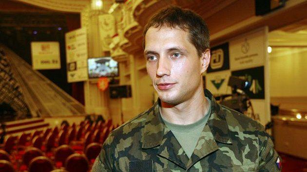 Vítězslav Veselý se na vyhlášení objevil v maskáčích, protože právě absolvuje přijímač ve Vyškově jako budoucí voják z povolání.