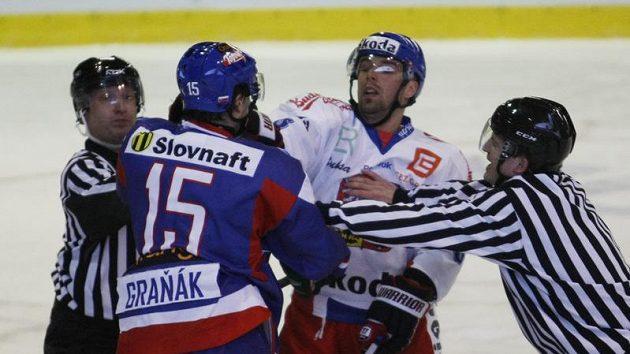 Dominik Graňák (vlevo) si za asistence rozhodčích ručně vyměňuje názory s Milanem Gulašem.