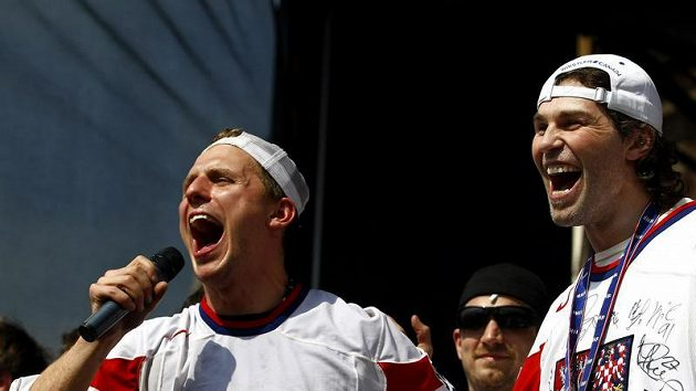 Petr Vampola (vlevo) a Jaromír Jágr slaví na Staroměstském náměstí