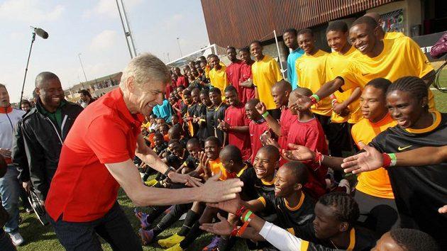 """Arséne Wenger, trenér Arsenalu, při uvedení projektu """"The Chance"""" v nově otevřeném tréninkovém centru v Sowetu."""